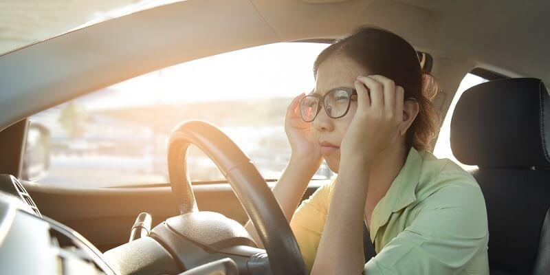Vrouw met slechte ogen achter het stuur